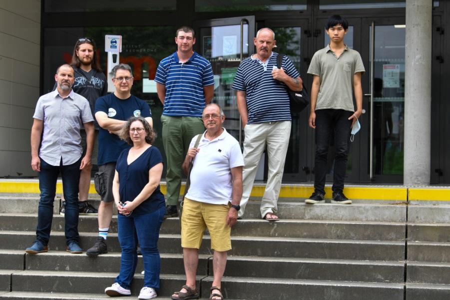 Une partie des candidats avec les examinteurs sur le parvis du Laboratoire XLIM (Photo Stéphane Lefèvre)